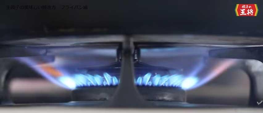 フライパンを強火にかける