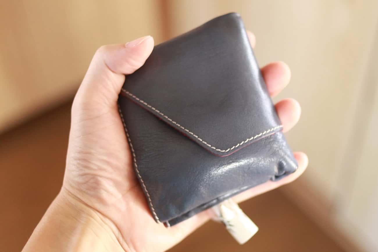 旅行財布を手にもつ
